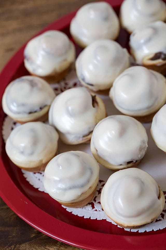 These Cinna-Mini Cinnamon Rolls are a classic ooey, gooey cinnamon roll topped with a rich cream cheese frosting in a fun mini size perfect for a party. Betcha can\'t eat just one.