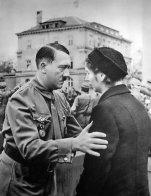 Adolf Hitler conforta una vedova a un funerale