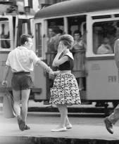 Una coppia rompe alla fermata del tram, Budapest 1961