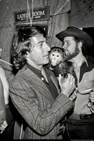 Dustin Hoffman in giro con una scimmia