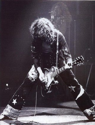 Jimmy Page si esibisce coi Led Zeppelin, 1972