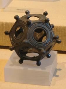 I romani hanno lasciato oltre un centinaio di queste dodecaedri in tutta Europa, ma possiamo solo speculare sul loro uso