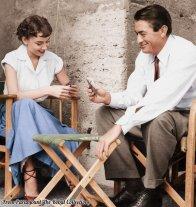 Audrey Hepburn e Gregory Peck giocano a carte sul set di Vacanze Romane, 1953. Foto colorata da Lorna Clark