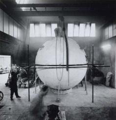Arnoldo Pomodoro sculpture at the foundry (pair of variant images) , ca. 1960–1969. Fotografia di Ugo Mulas