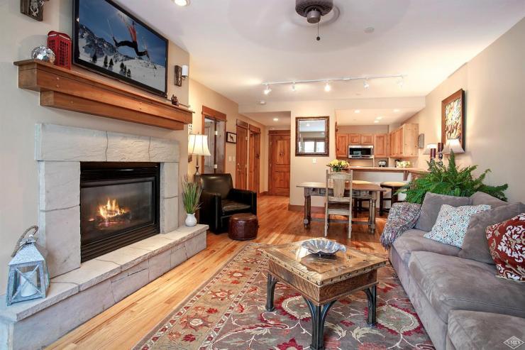 Pinecone Lodge #303, Arrowhead / SOLD $485,000 / 3.10.17 (Photo: LIV SIR)