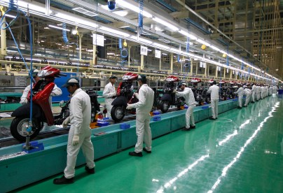 Employees work on an assembly line of Honda Motorcycle & Scooter India during a media tour to the newly inaugurated plant at Vithalapur town in the western state of Gujarat, India, February 17, 2016. REUTERS/Amit Dave - RTX27CMO