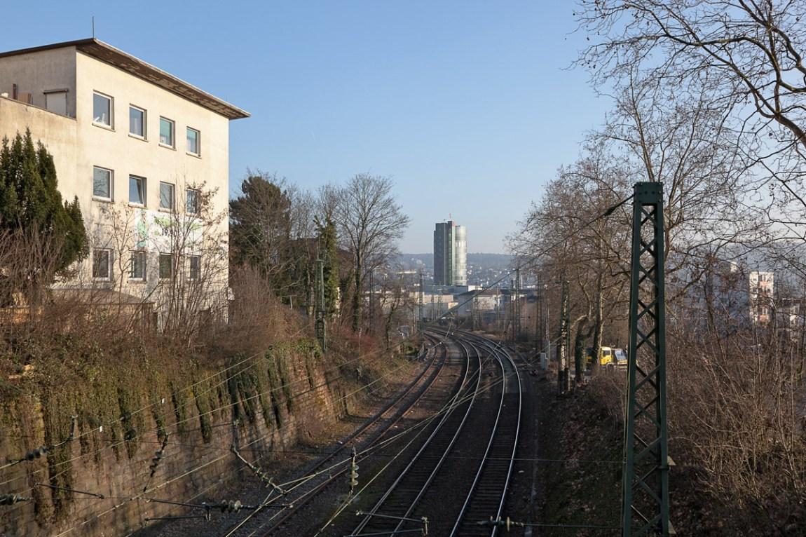 Am Ende des Tunnels zwischen Paris und Wien taucht dieser Turm auf. Er steht fur eine Bilanzsumme von fast 11 Milliarden € und für 54 Kilo gehandeltes Gold (2014). Mit dem Tunnel wurde seinerzeit die Stadt an die Welt angeschlossen und dem Welthandel geöffnet. So stehen sich jetzt Tunnel und Turm gegenüber, als zwei komplementäre Zylinder, der eine hohl und der andere voll, der eine liegend, der andere stehend. Nordstadt – Hachelbrücke – März 2015