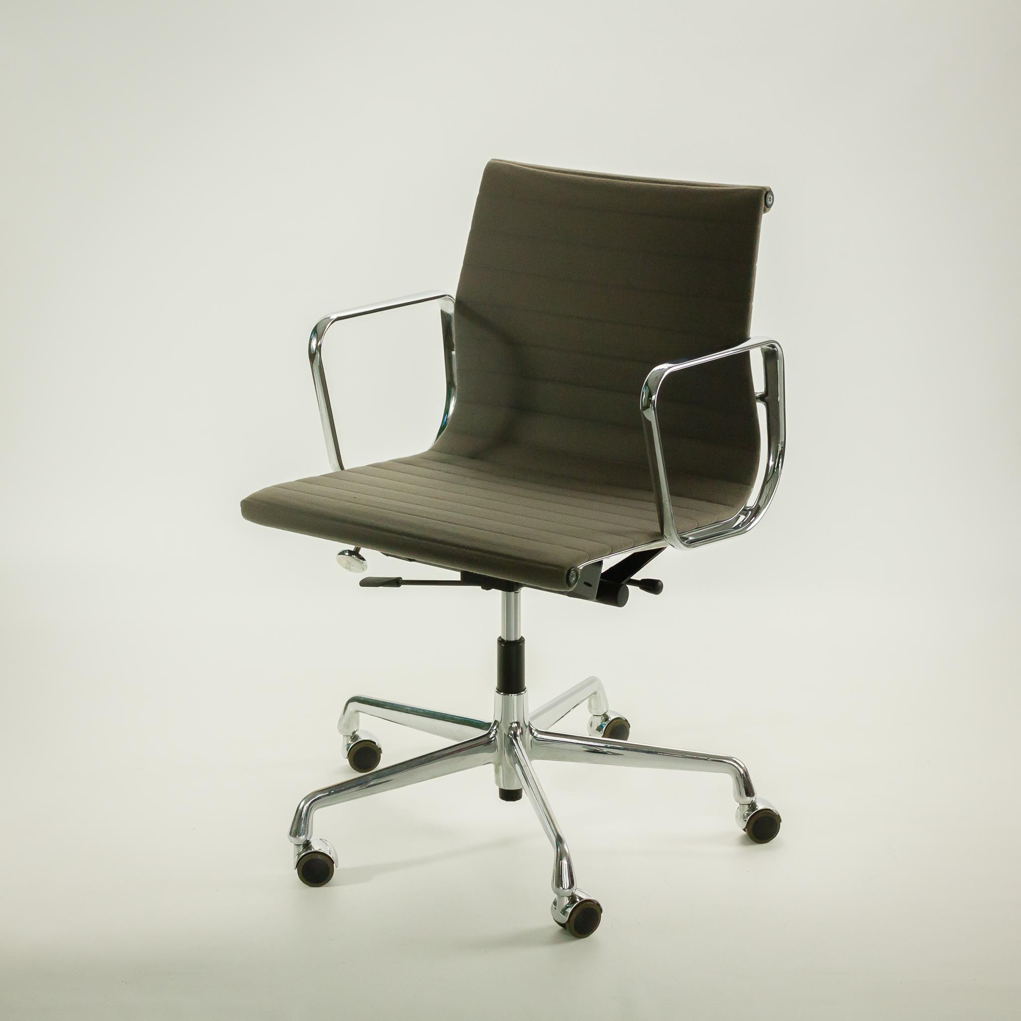 Eames Ea 117 Bureaustoel.50 S Eames Ea 117 Bureaustoel Door Vitra Barbmama