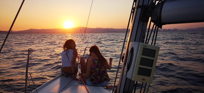 Samen genieten van een zon ondergang op zee.  Neem de Barcelona sunset tour.