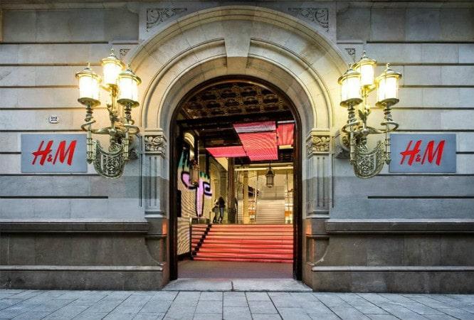 la flagship store de hum es una de las ms grandes de europa y la primera del mundo que tiene un restaurante en su interior su inauguracin provoc colas