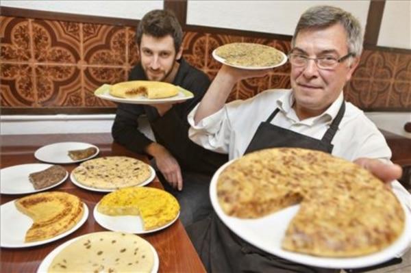 joan-antoni-miro-hijo-marc-con-algunas-las-creaciones-tortilleras-foto-marti-fradera-1488557440519