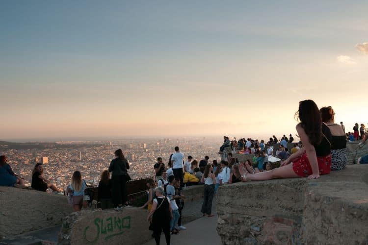 Mensen die zonsondergang bij Bunkers del Carmel kijken