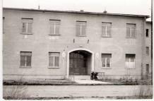 Az 1961-64-ben végzett első, alapító évfolyam diákjai itt, az épület jobb szárnyának emeletén kaptak szállást az első évben. A 105-ös első érettségizett tanulókból felvett osztálya is ebben az épületben kezdte meg tanulmányait 1966-ban. A bejárattól balra a földszinten voltak a laborok. A géptant Bátor József tanította, a laborvezető Nagy Zoltánné tanárnő volt. Később ez lett a BVK kereskedelmi Igazgatósága. Közben éveken át volt leánykollégium is. (Fotóforrás: Szabó Miklós Eugen - KDK)