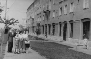 A J épület előtt. A KDK-ra feltöltötte: Andrássy Zsuzsa