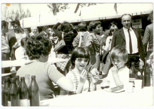 Kalydy Dóra és Ferenc 1974-ben a majálisok elmaradhatatlan kellékeinek társaságában: sör, virsli, kóla