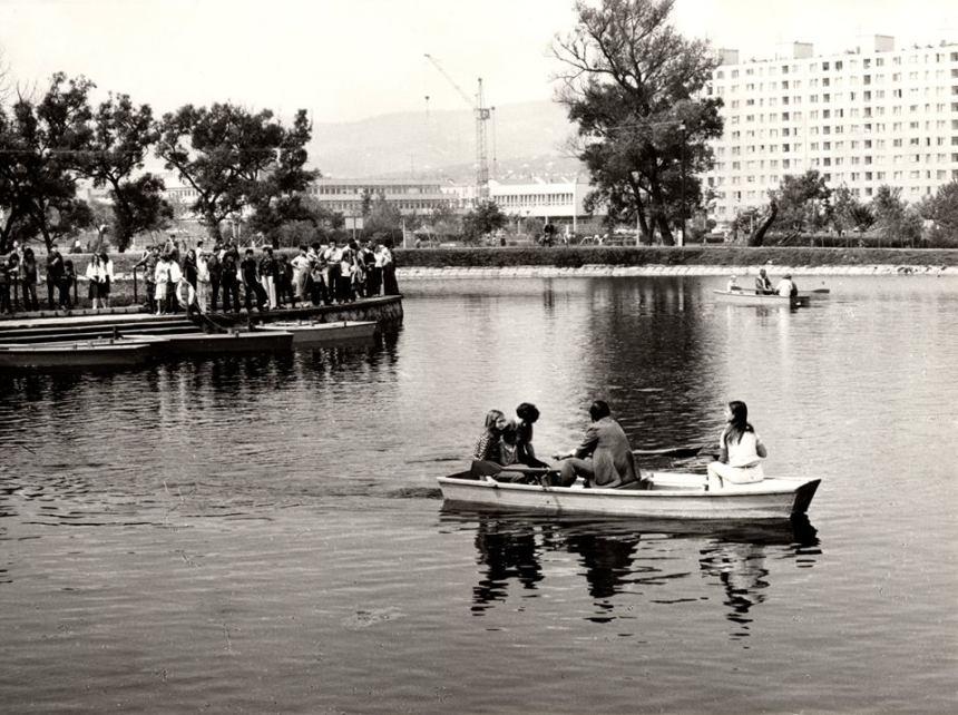 A Csónakázó-tó átadásakor. A csónakban Szunyogi Imre és családja