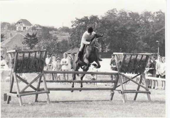1993-ban az első díjugrató versenyen (Fotóforrás: Rigó László - KDK)