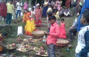 ছট্ পূজায় আনন্দে মাতল চাটমোহরের হরিজন সম্প্রদায়