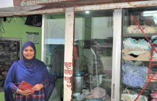 স্কুল-গেইটে অপেক্ষামান 'মা' মোমেনা বেগম এখন পোষাকশিল্পের উদ্যোক্তা