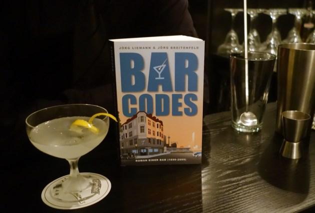 """Der Roman """"Bar Codes"""" mit einem Vesper Martini - geschüttelt, nicht gerührt."""