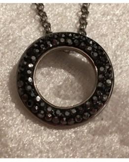 Halskjede fra QUDO. I sølv med sorte swarovskikrystaller.
