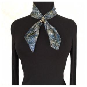 Blåmønstret silkeskjerf