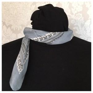 Silkeskjerf i lys grå/turkis