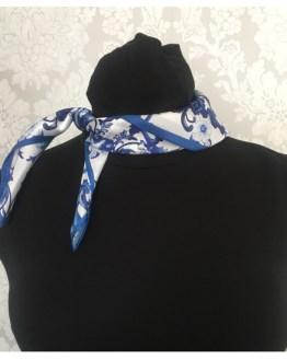 Blått silkeskjerf med mønster