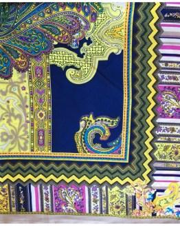 Mønstret skjerf i blått, gult, lilla og grønt