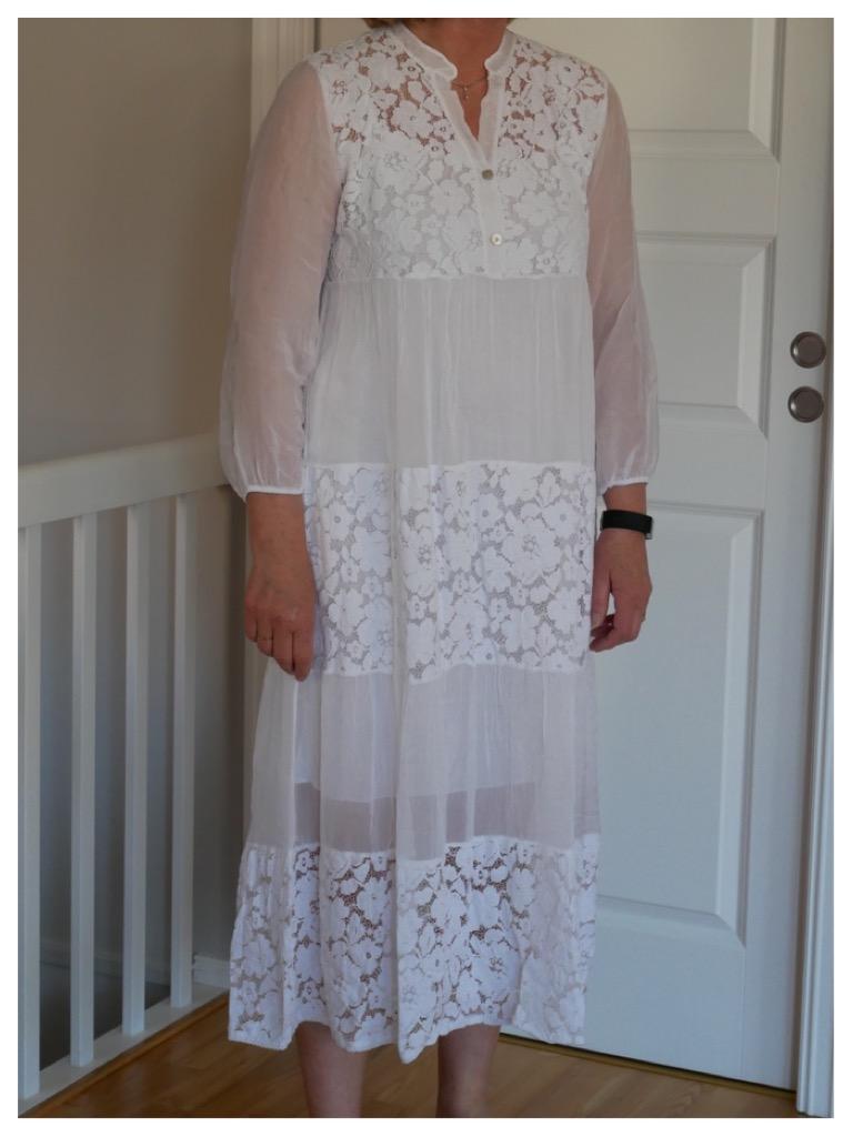 fc0ee08d Silkekjole med brede blondedetaljer – Hvit – Bare lekkert