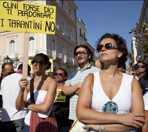 """Diretta   / Ilva, finisce il vertice con i ministri Ferrante: """"Dall'Ilva altri 56 milioni per bonifica""""     manifestanti in attesa di Clini e Passera"""