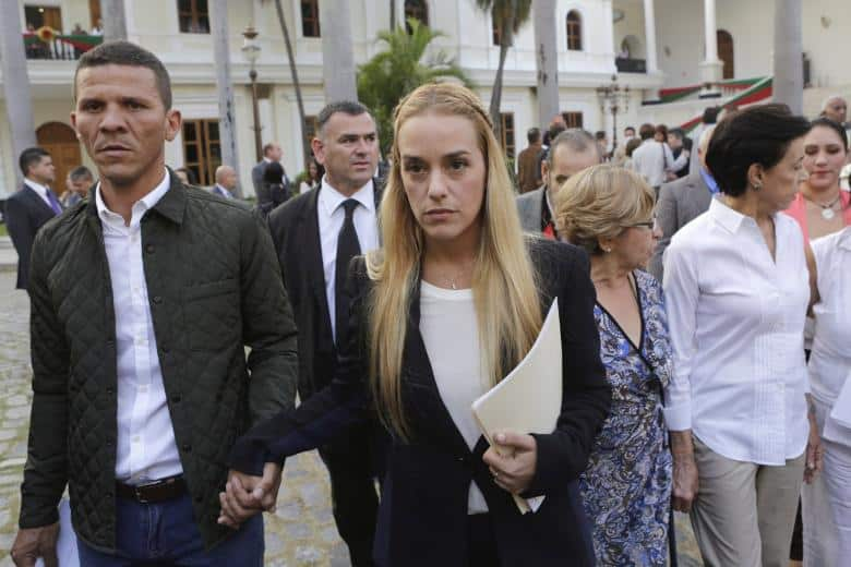 Хилбер Кано с Лилан Тинтори–жената на Леополдо Лопес, лидера на общата им партия Voluntad Polular, който е в затгвора заради провокирано улично насилие през 2014-та, коствало живота на 43-ма души