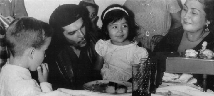 Че Гевара на рожден ден на първата си дъщеря Илда заедно с майка ѝ Илда в Хавана след победата на революцията