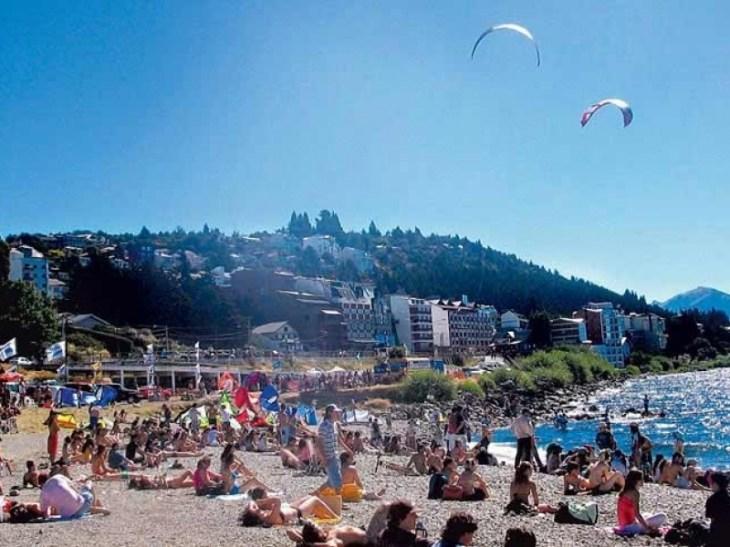 Aglomeração na praia às margens do Lago Nahuel Huapi, no centro de Bariloche.