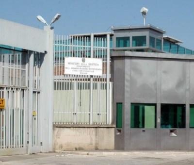 Polizia penitenziaria alle pezze, a Trani agenti con la divisa estiva