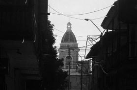 A lo lejos la iglesia