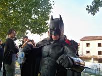 Bruce Wayne con abito da sera