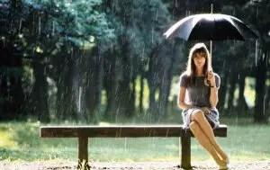 hardy bajo la lluvia