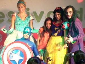 A Vencedora Bianca Loureiro com os jurados do concurso, Cinderella, Branca de Neve e capitão América.
