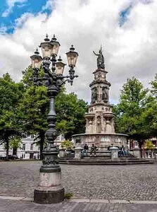 Hansa - Platz mit Brunnen in Hamburg St. Georg