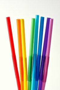 1200px-Eight_drinking_straws_(4273846588)