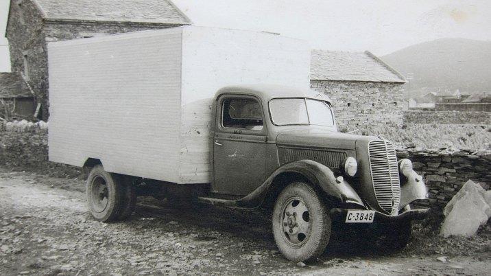 O camión-vivenda de Juan Silvent e a súa dona Lidia.