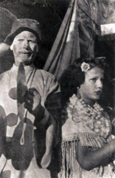 José Silvent e unha sobriña, facendo a porta.