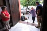 Vida Josefa Bermúdez, izquierda, y su esposo, Francisco Gea Ramos, saludan a los feligreses de la iglesia del barrio, que se encuentra a poca distancia de su casa en Córdoba.