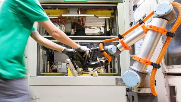 MANN+HUMMEL uses UR10 cobots for pick and place
