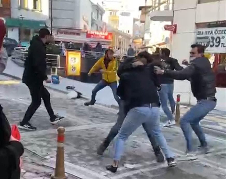 Cadde ortasında tekme yumruk kavga ettiler