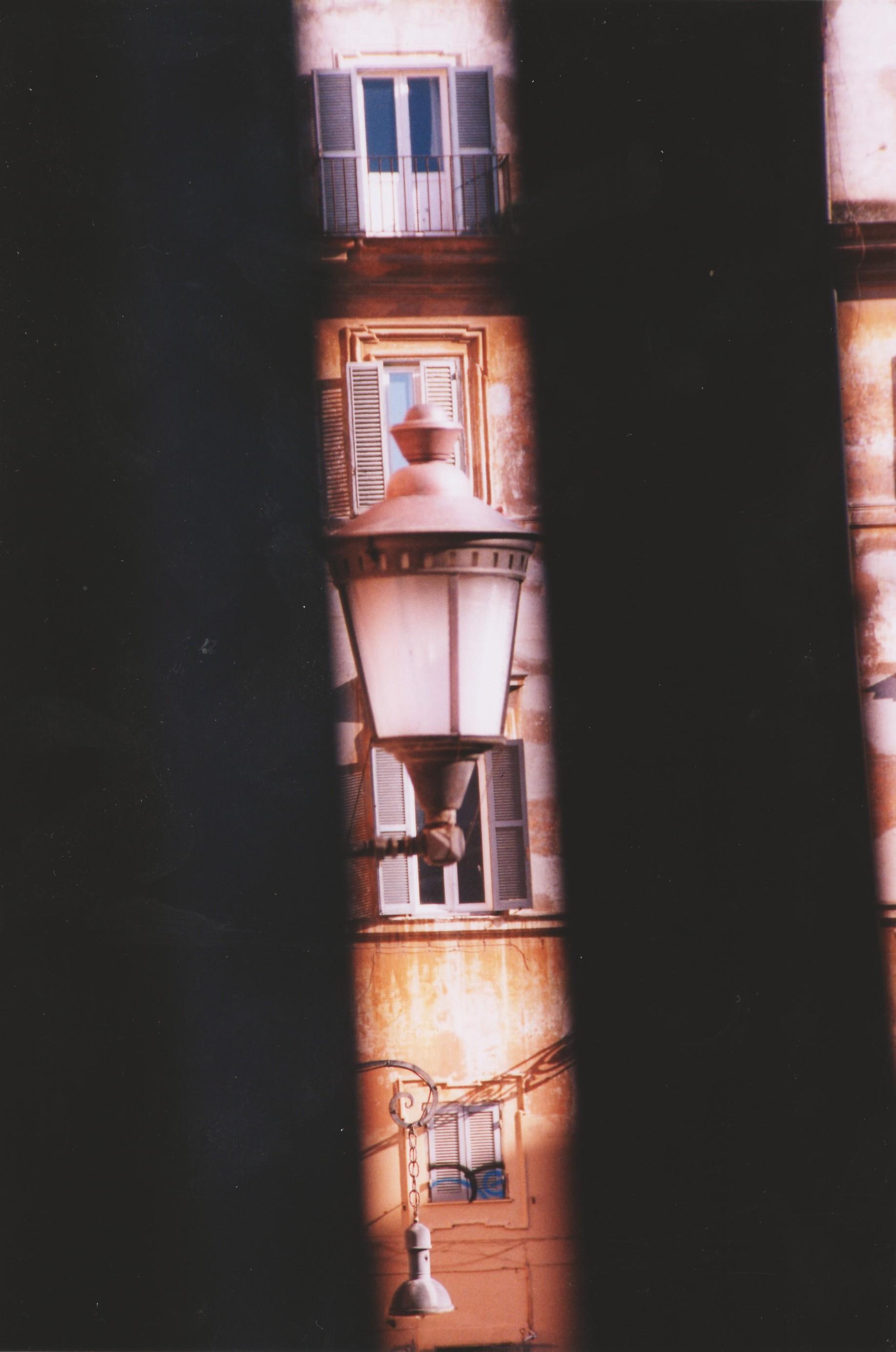 Foto di Valentina Perniciaro _Uno scorcio dedicato a te, che ancora borbotti camminando sui sampietrini, con il tuo passo zoppo e l'ironia del tuo sguardo. Uno scorcio della tua piazza, che è cambiata in tutto tranne che nel tuo vocione che cantava e in quella risata, de core, romana. Un pensiero a te, Rena'