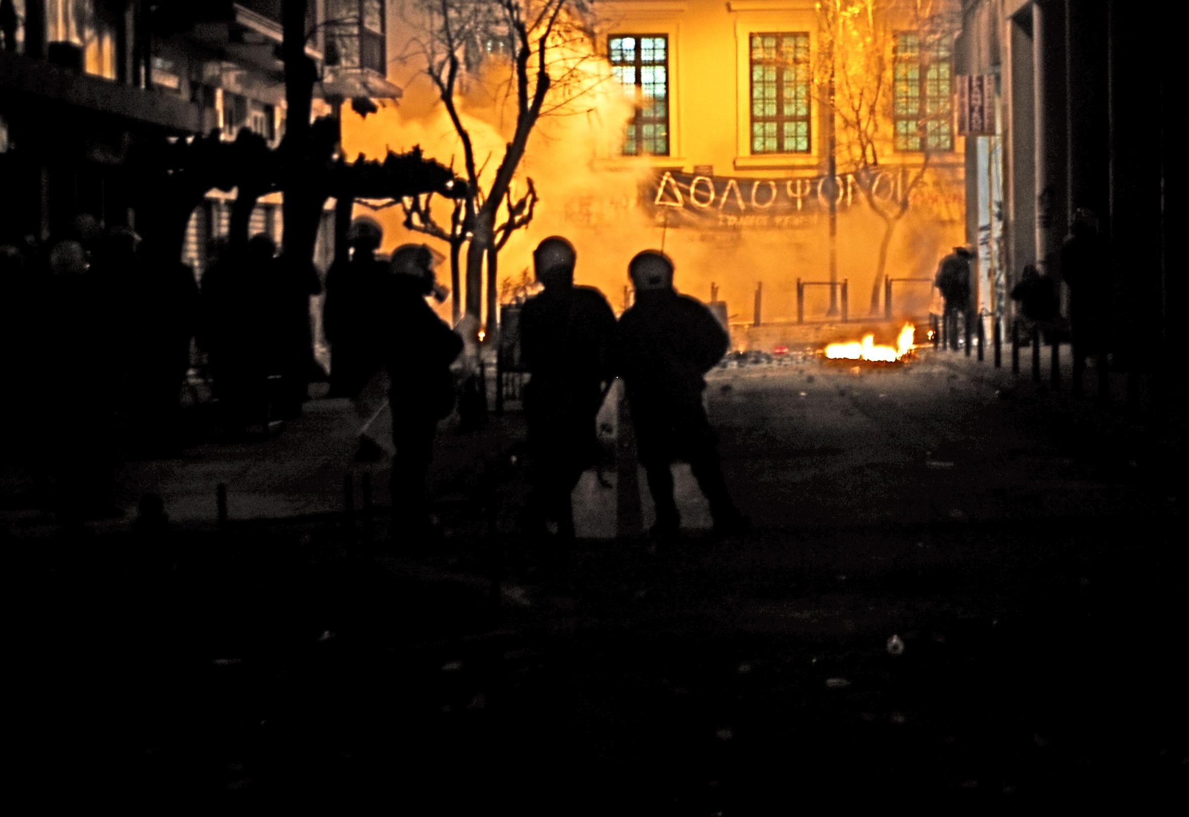 """Foto di Valentina Perniciaro _Sabato 20 dicembre 2008 L'attacco """"chimico"""" al Politecnico di Atene prosegue pesante fino a quasi le 4 di mattina_"""