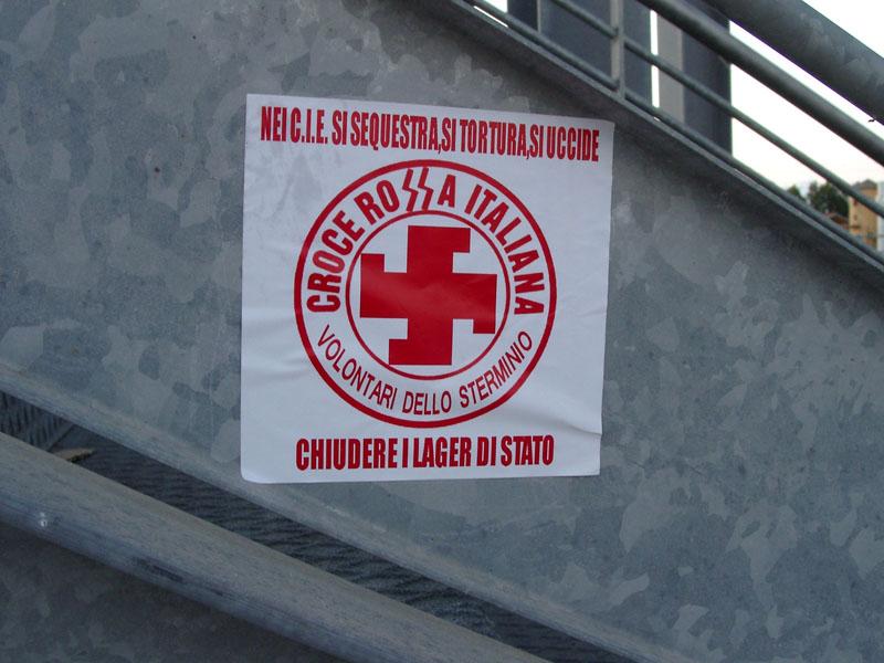 I centri di Identificazione ed Espulsione sono gestiti dalla Polizia di Stato e dalla Croce Rossa