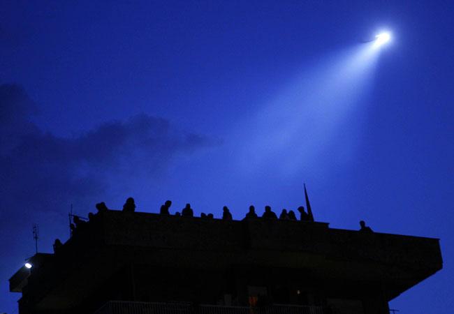 Le luci dell'alba e quelle delle perquisizioni in corso, sul tetto dell'8marzo occupata